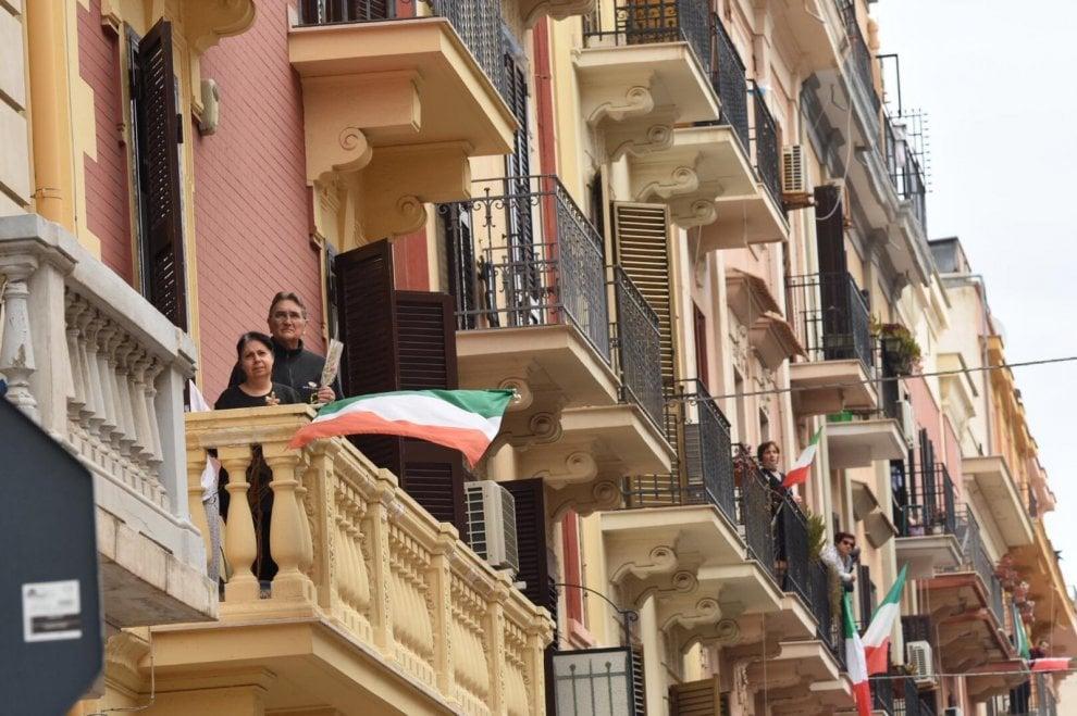 Bari, il parroco legge il Vangelo: sul sagrato della chiesa o sui balconi tutti con i ramoscelli d'ulivo