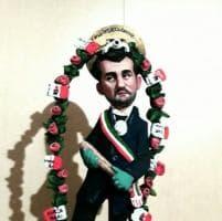 Coronavirus, ecco 'Sant'Antonio da Bari' con mazza e la Playstation: il sindaco Decaro diventa un fischietto in terracotta