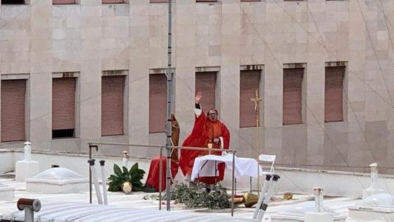 Coronavirus, a Taranto parroco celebra messa sul terrazzo della chiesa: i fedeli la seguono dal balcone