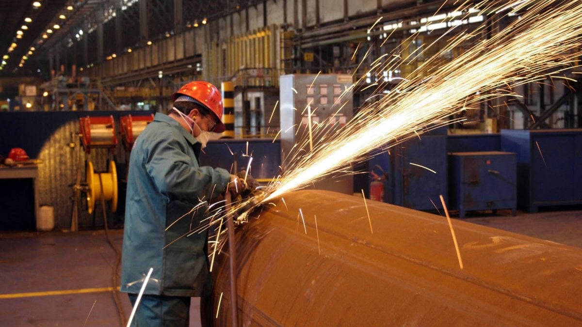"Operaio di Taranto scrive su Facebook: ""In fabbrica senza mascherine"".  Arcelor Mittal lo licenzia"
