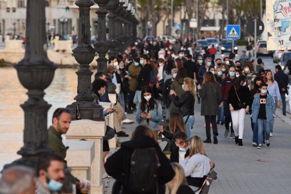 Bari, il lungomare di Bari è affollato come i Navigli: la movida cancella la Fase 2