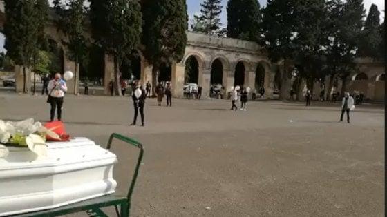 """Lecce, vigilessa interrompe funerale di una 32enne per identificare presenti. La madre: """"Una persecuzione"""""""