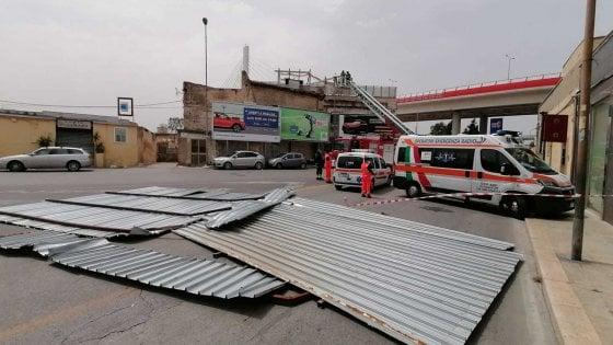 Bari, il forte vento fa volare un tetto di lamiera: muore una passante