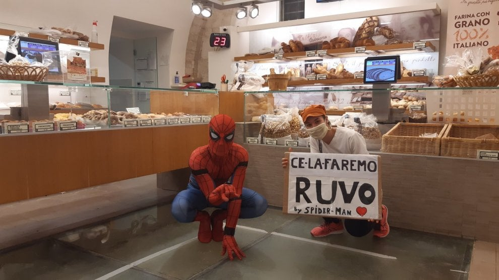 """Spider-Man nei negozi per rincuorare i commercianti: """"Sono con voi"""""""