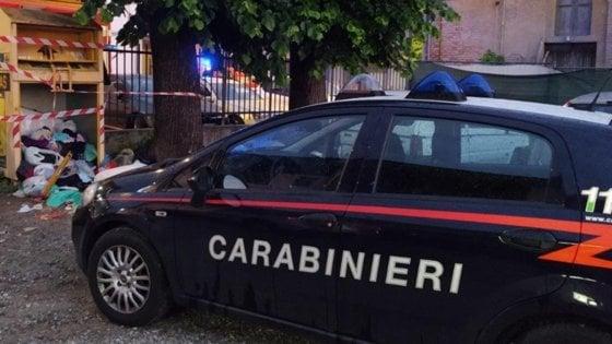 Violenza sulle donne, 72enne tenta di dar fuoco alla moglie ma i carabinieri lo mettono in fuga: arrestato