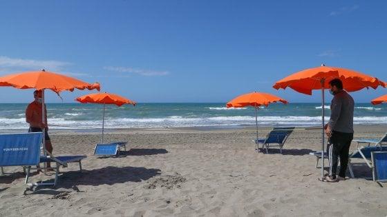 Coronavirus, la Puglia fa lo sconto ai lidi balneari: meno distanza tra gli ombrelloni