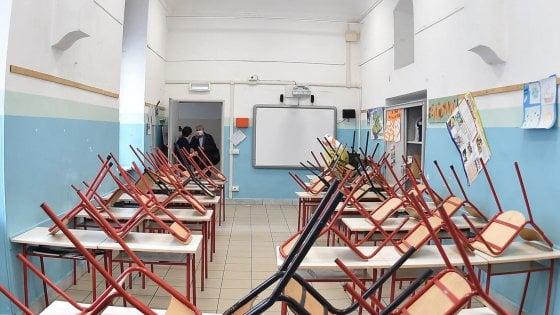 """""""Riapriamo le scuole almeno un giorno per far incontrare studenti e prof"""": l'appello del sindaco di Lecce alla ministra"""