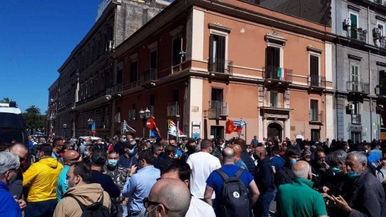 """Arcelor Mittal, a Taranto la rabbia dei 1.500 operai scesi in piazza: """"Dimenticati da tutti"""""""