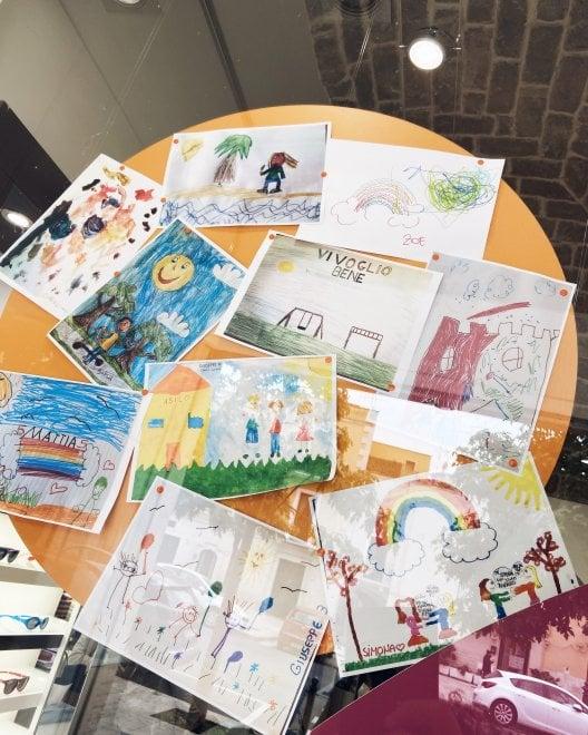 """""""Mi mancano il monopattino e l'asilo"""": i disegni dei bambini in quarantena vanno in vetrina"""