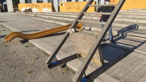 Taranto, ritrovato lo scivolo rubato durante il lockdown: era in un'area privata