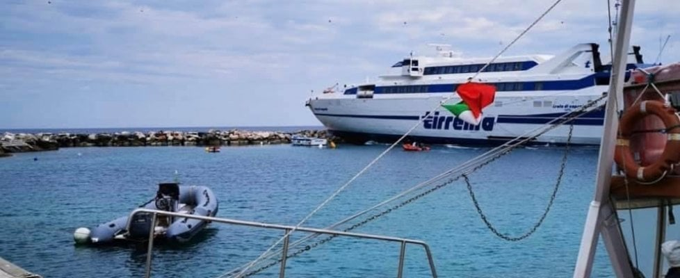 Isole Tremiti, il traghetto della Tirrenia da Termoli finisce sugli scogli: non ci sono feriti