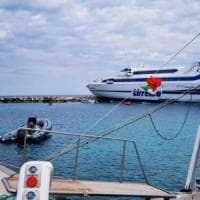 Isole Tremiti, il traghetto della Tirrenia da Termoli finisce sugli scogli: non ci sono...
