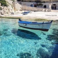 L'acqua del mare è cristallina: nel Salento le barche volano