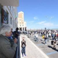 Fase 2, la protesta dei ristoratori a Bari: in 500 consegnano buste paga