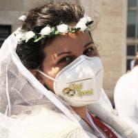 """Fase 2, protesta in velo da sposa a Bari: """"Il settore wedding va sostenuto"""""""