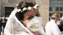 Protesta in velo da sposa dei wedding planner