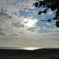 Il sole si fa spazio fra le nuvole, è il buongiorno dal 'Paradiso' di Monopoli