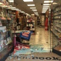 """Bari, raid in libreria: rubati i soldi e devastato l'interno. La titolare: """"Danni per..."""