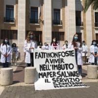 """A Bari la protesta dei giovani medici: """"Dopo l'emergenza Coronavirus non dimenticate gli..."""