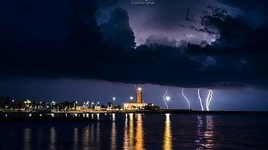 I fulmini illuminano il cielo del Salento  foto   e all'improvviso la notte è spettacolare