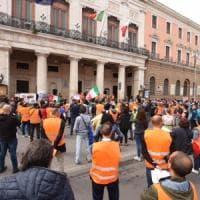 Bari, in piazza la protesta dei gilet arancioni: