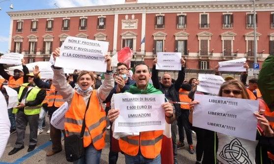 """Bari, in piazza la protesta dei gilet arancioni: """"La pandemia non esiste"""""""