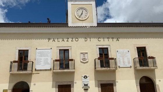 """San Giovanni Rotondo, i parcheggiatori del santuario di San Pio sul tetto del Comune: """"Siamo senza stipendio"""""""