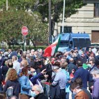 Bari, il 2 giugno del centrodestra: festa tricolore sul lungomare (con le mascherine ma senza distanziamento)