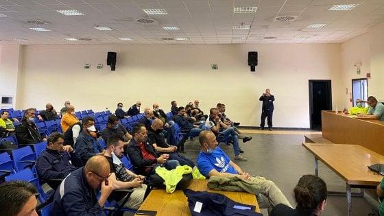 """Ex Ilva, il consiglio di fabbrica di Taranto respinge il piano Arcelor Mittal: """"Azienda irrispettosa, non si tratta"""""""