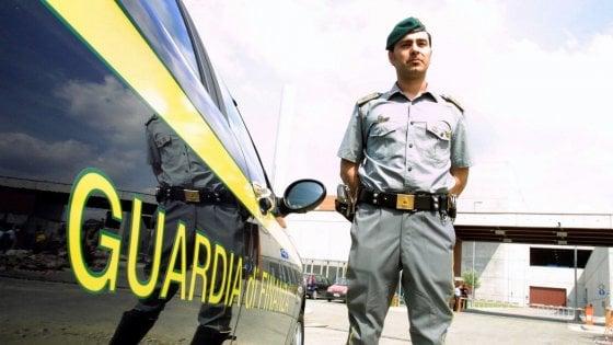 Lecce, funzionaria Asl sorpresa con tangente di 850 euro: arrestata con un rappresentante di protesi