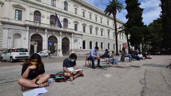 """Ritorno al futuro, biblioteche chiuse all'Università di Bari: """"Possiamo andare in discoteca ma non a studiare?"""""""