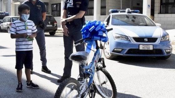 """Rubano la bici a un bambino di 7 anni e gli agenti di Brindisi ne comprano per lui una nuova : """"Un regalo della polizia"""""""