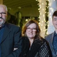 """Mamma, papà e figlio si diplomano insieme e tutti e tre con il massimo dei voti: """"Una..."""
