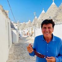 Gianni Morandi fra i trulli: tappa ad Alberobello nelle vacanze italiane del cantante