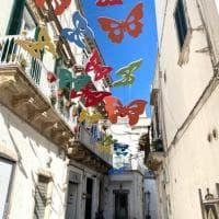Farfalle sospese sulle strade di Martina Franca: l'idea social per l'estate