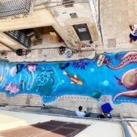 Street art, il mare attraversa il vicolo di Mesagne: l'omaggio del writer alla sorella morta a 19 anni