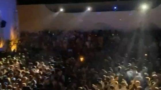 """Rosa Marina, folla (senza distanziamento) nella discoteca Aranceto: """"Emiliano cosa ne pensa?"""""""