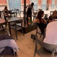 In giro con il pappagallo al guinzaglio: l'insolito incontro a Bari