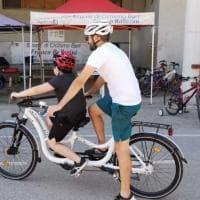 Bari, la bicicletta degli abbracci permette di pedalare anche ai bambini autistici o non vedenti