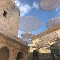 Centrini sospesi sui vicoli: il cielo sopra Cisternino è all'uncinetto