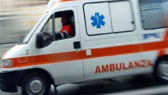 Bari, operaio di 23 anni muore schiacciato dal carico di legno di un muletto