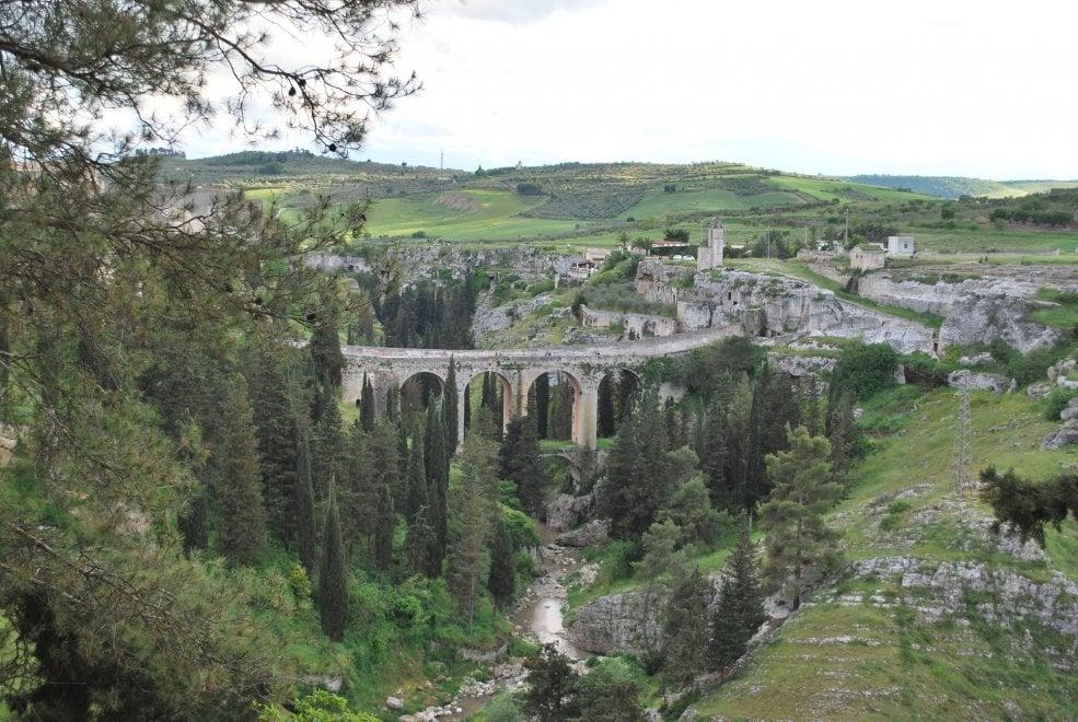 Luoghi del cuore Fai: dal Ponte di Gravina alla Fontana del vino i nove tesori di Puglia