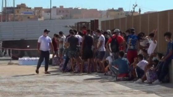 Coronavirus, a Bari tutti negativi gli ospiti del Cara: la Prefettura smonta l'allarme di Fitto e Salvini