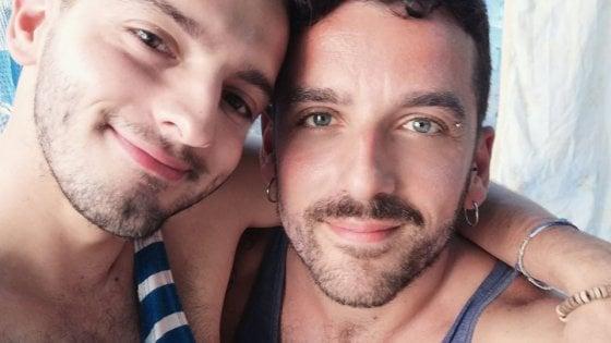 """In discoteca interviene il bodyguard per interrompere il bacio di una coppia gay: """"Distanziamento vale solo per noi"""""""