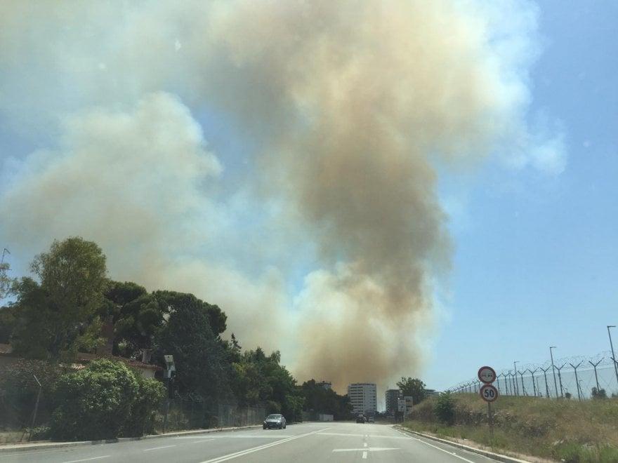 Bari, incendio a Lama Balice: nube di fumo al San Paolo. Stop alle auto