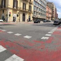 Bari, la nuova pista ciclabile del corso sbiadisce dopo la prima pioggia