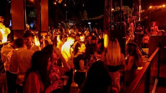 Gallipoli, caos in hotel e sedie lanciate dal balcone dopo l'evento in discoteca: 2 rapper denunciati