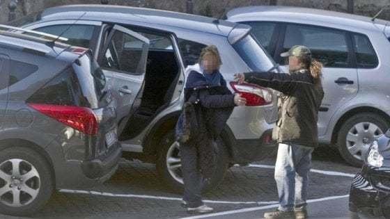 """""""Mettila qui o ti distruggo l'auto"""", ma a bordo c'erano 2 poliziotti: arrestato parcheggiatore abusivo di Vieste"""