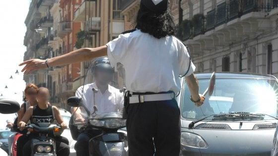 Bari, due ragazze fermate sulla bici elettrica taroccata. Con le mamme aggrediscono i vigili