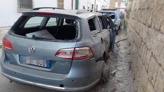 Bomba nel parcheggio del commissariato di Canosa: distrutta auto di un poliziotto